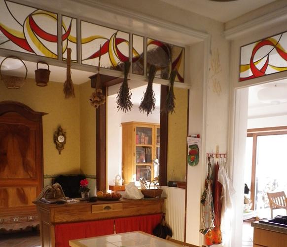 Vitraux sur impostes de cuisine ouverte. Verre industriel, verre soufflé et jaune d'argent. Armentières 2011.