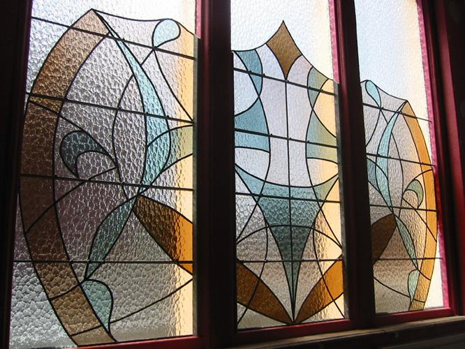Fenêtre de cage d'escalier, 3m², Verres soufflés, Vitrail posé contre la vitre existante, Armentières, 2007